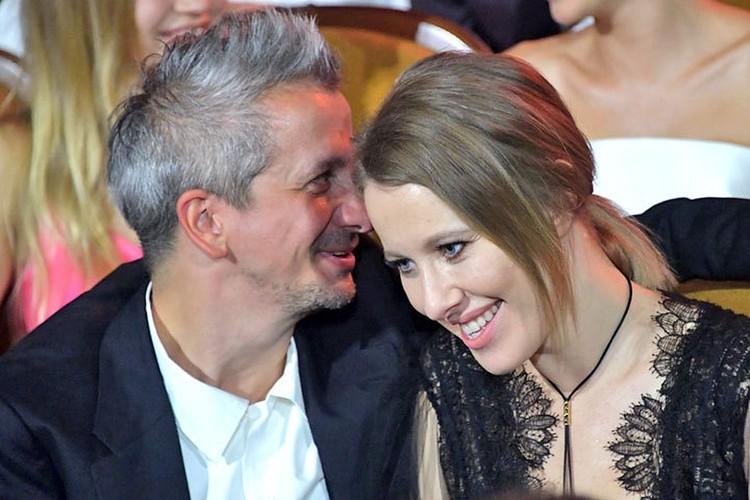 Муж Ксении Константин Богомолов искренне восхищается талантами своей жены.