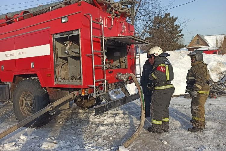Пожарные полтора часа тушили огонь.
