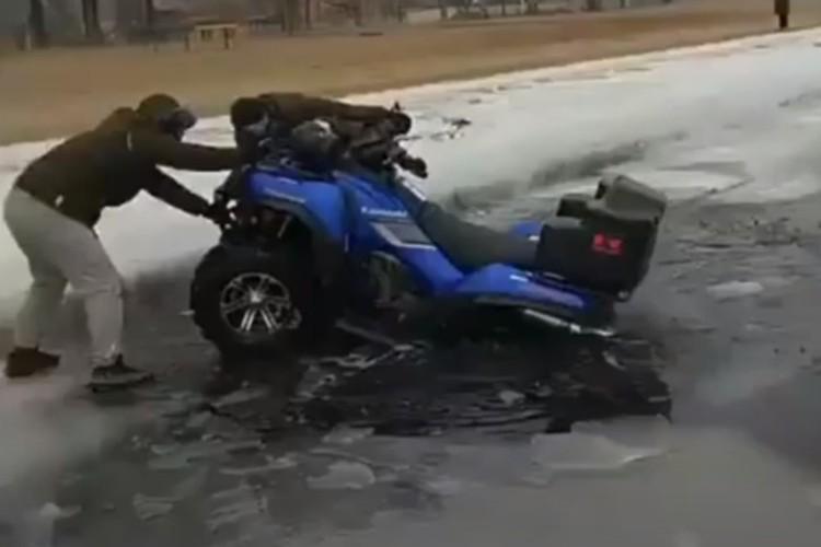На городском пляже под лед провалился квадроцикл. Фото: Скриншот видео MRPL CITY