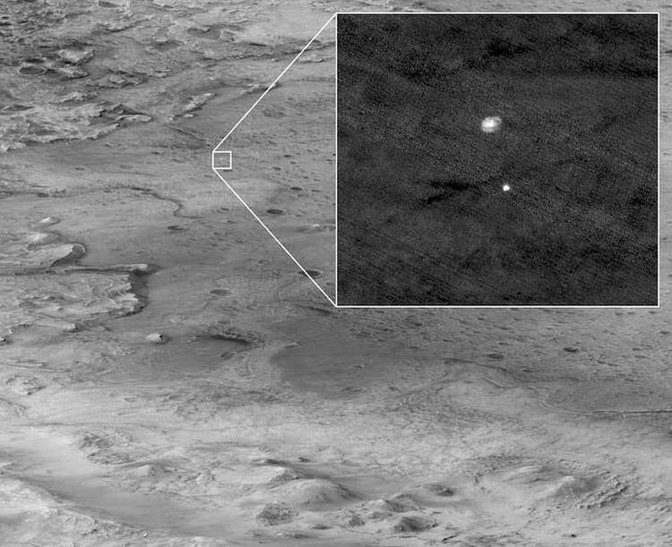 Парашют с защитным обтекателем, сфотографированные с орбиты самими американцами.
