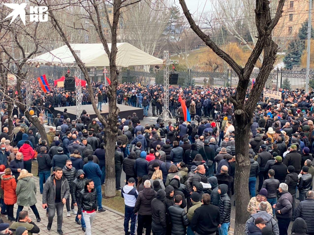 И сцена и звук на митинге противников Пашиняна были поскромнее.