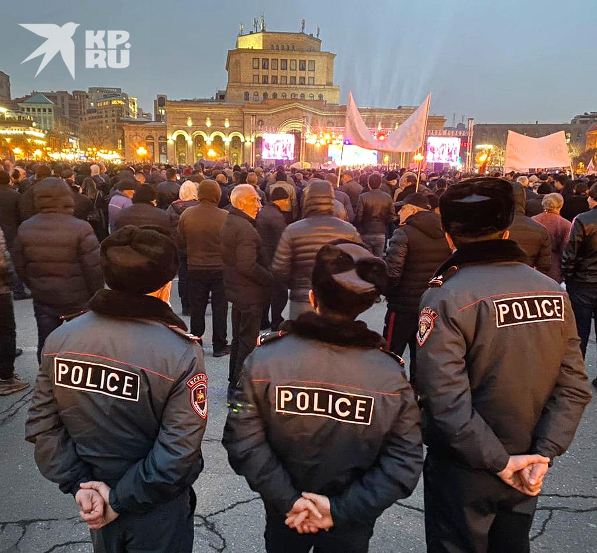 Полицейское оцепление на митинге сторонников Пашиняна.
