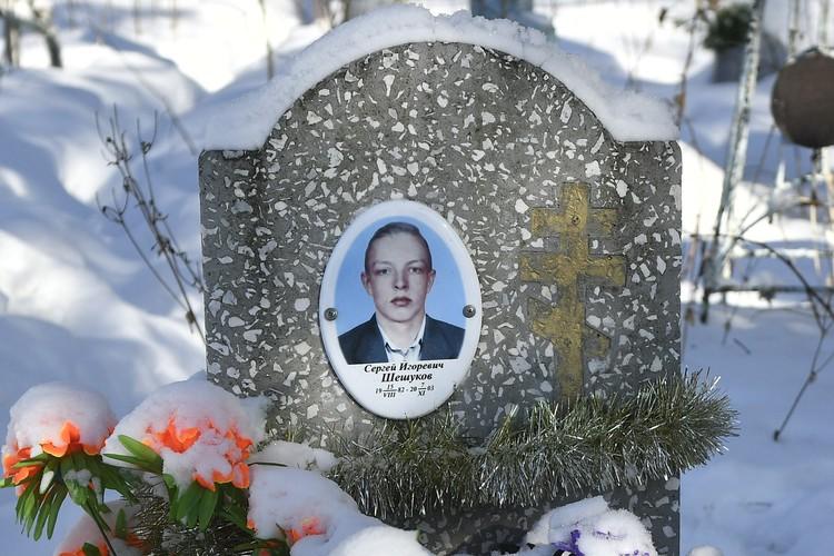 Могилу Сергея легко найти при входе на кладбище. По надгробию видно, что за местом захоронения ухаживают