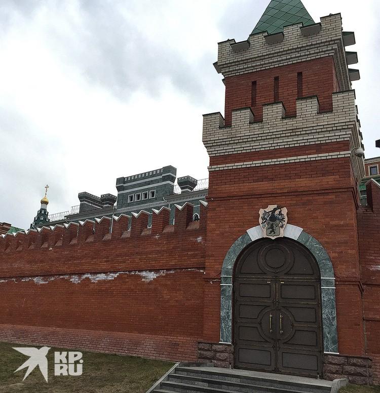 Ограда Кремля в Йошкар-Оле, 2017 год. Над воротами башенки - фамильный герб Маркеловых.