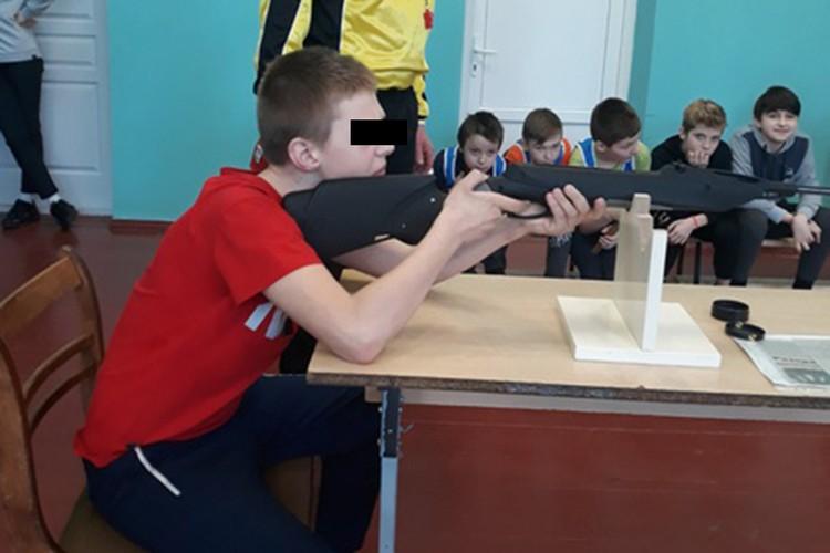 У 12-летнего Ромы хорошая спортивная подготовка, он участвует в соревнованиях по лыжам,стрельбе, легкой атлетике и другим видам спорта. Фото:zanaroch.schools.by