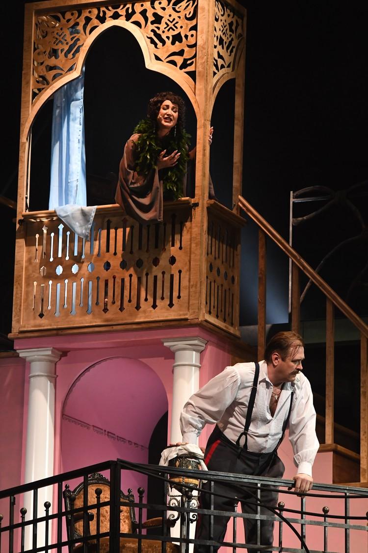 Ольга Бузова 10 июня впервые появилась на легендарной сцене МХАТа имени Горького, где в разное время блистали Вертинская, Ефремов, Смоктуновский и другие знаменитости.