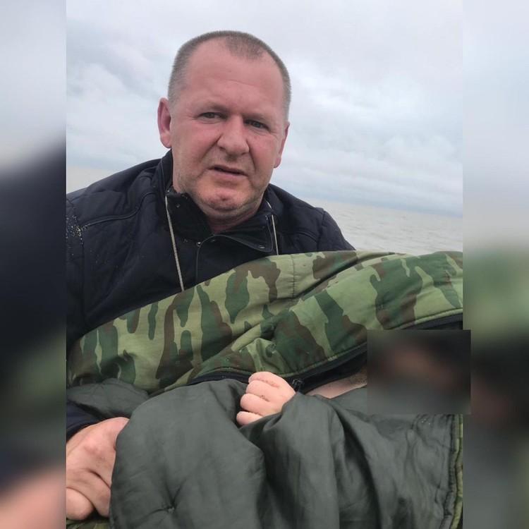 Полицейский завернул ребенка в теплую куртку и передал врачам. Фото: УМВД по Приморскому краю