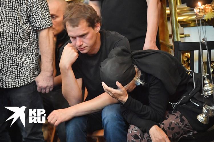 Рядом на стульях сидели сын Петра Мамонова Иван и вдова Ольга