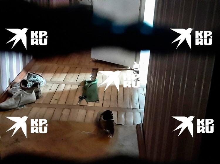 В квартире разбросана обувь - уходили в спешке