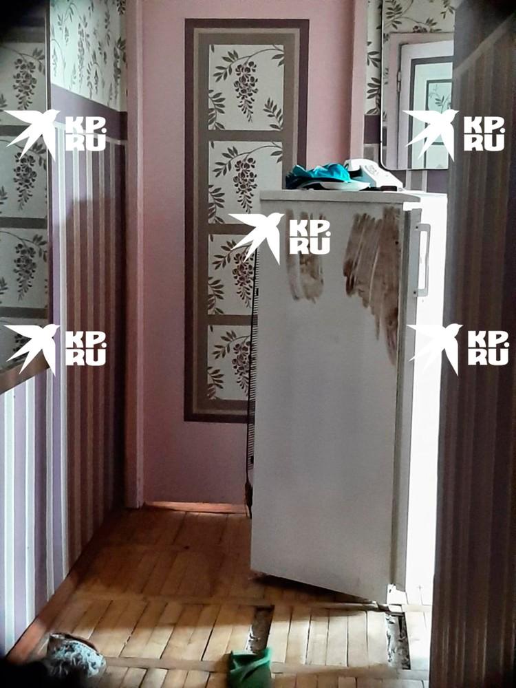В квартире адмирала советский холодильник и старый телефон
