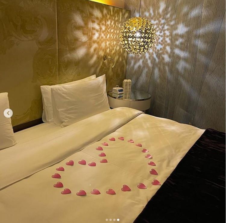 В спальне Собчак выложила на кровати сердце из маленьких бумажных сердечек. Фото: Инстаграм.