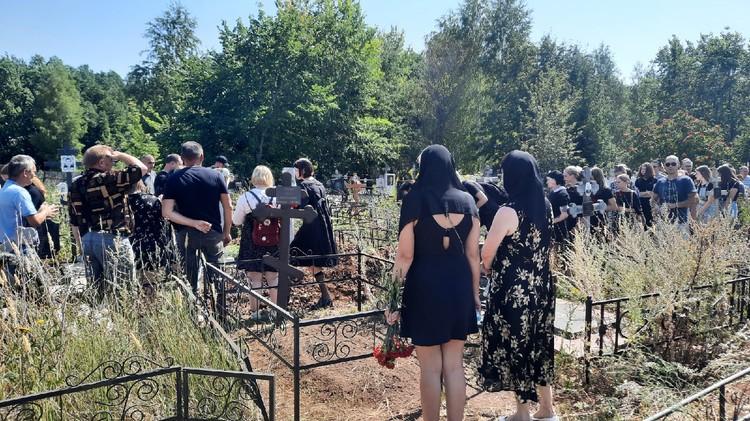Девочку похоронили на кладбище в поселке
