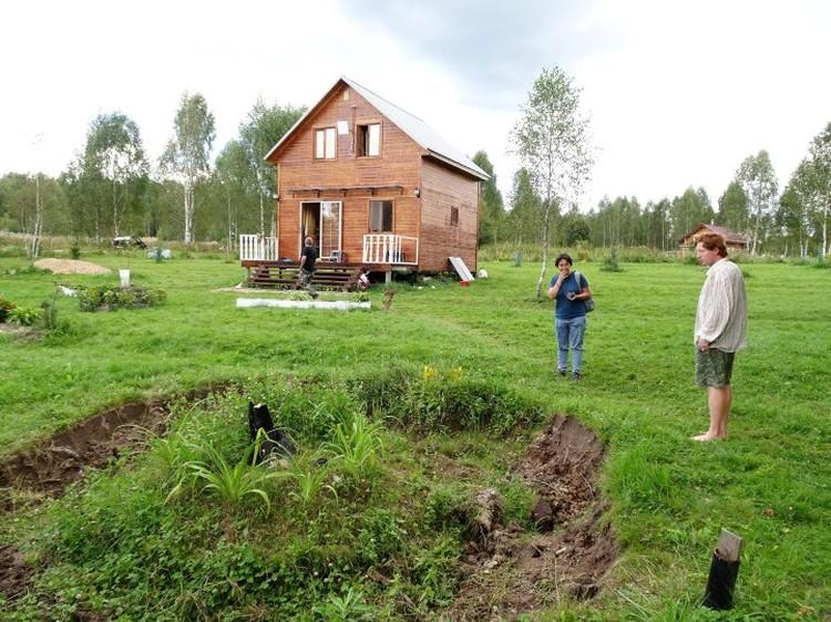 На усадьбе Кузиных небольшой домик.