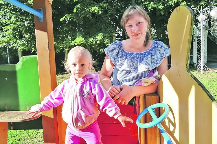 Люда с мамой на детской площадке смоленской больницы.