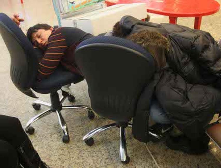 Люди легли спать прямо в аэропорту