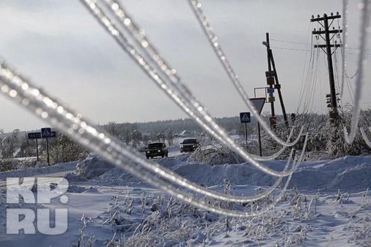 Обледеневшие провода буквально стелились по земле по всему Подмосковью.