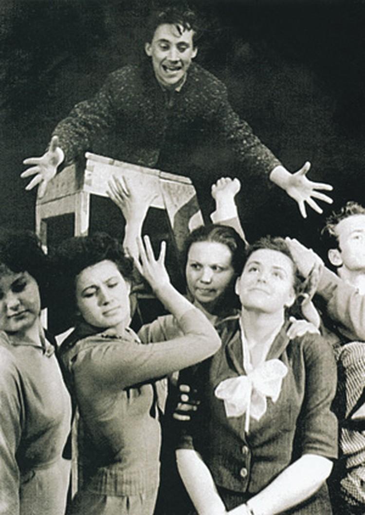 Владимир Высоцкий (сверху) в студенческом капустнике Школы-студии МХАТ.