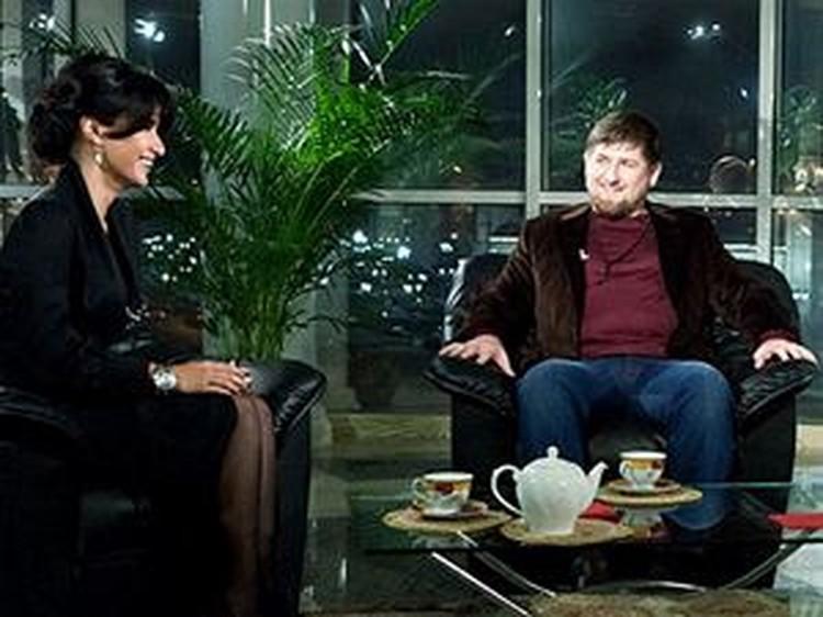 Тина Канделаки беседовала с Рамзаном Кадыровым в Грозном на фоне залитой ночными огнями мечети.