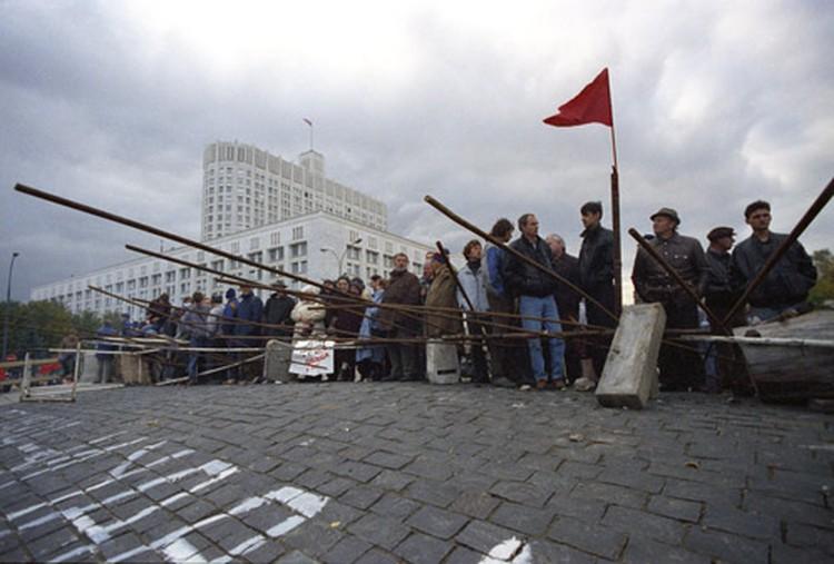 Москва, октябрь 1993 г. Баррикады у Дома Советов РФ. В марте 1996-го трагедия могла повториться по всей России.