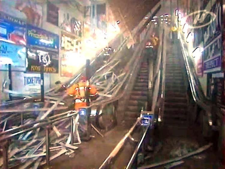 Взрывная волна сорвала декоративные панели над эскалатором, выходящим в сторону универсама «Центральный».