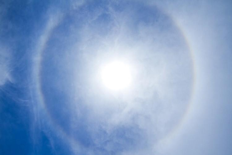 Четко различимая радуга вокруг солнца сегодня была прекрасно видна в Ростове.