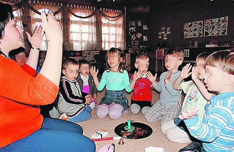 Детишки разного возраста занимаются в одной группе.