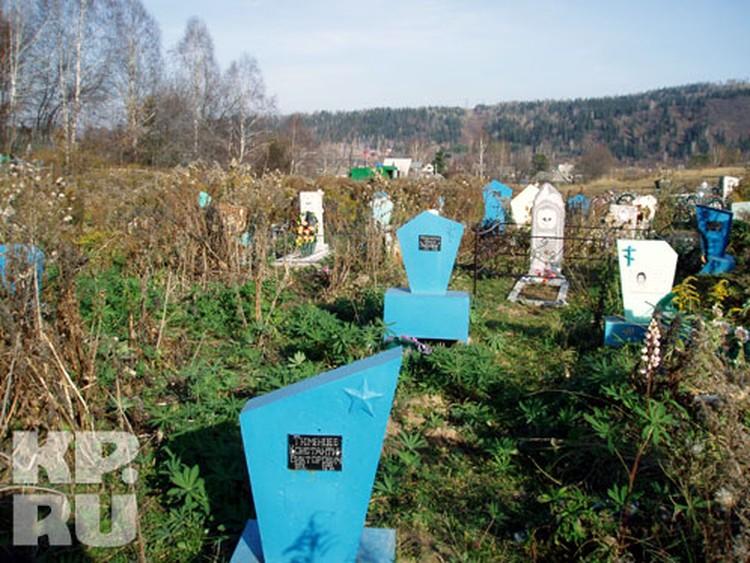 Умерших детей хоронят в поселке Красный Яр, на кладбище, все интернатские памятники - голубого цвета, их здесь 19