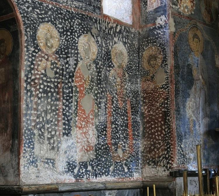 Краску с лиц святых на фресках в сербских монастырях сбивали захватчики-османы. Все остальные повреждения - результат начатой работы рестовраторов.