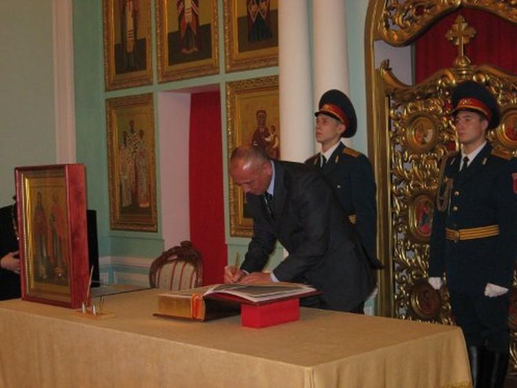 Глава Твери Владимир Бабичев поставил подпись под первой записью в книге