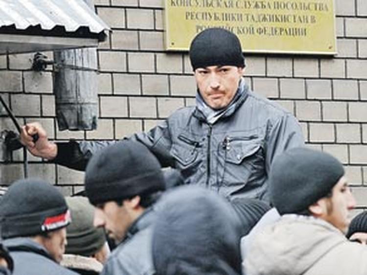 Таджикские нелегальные мигранты не спешат добровольно уезжать из России на родину. Но у ФМС жесткие требования.