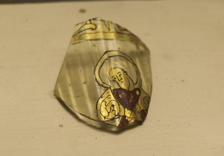 Осколок сосуда из византийского стекла. XIII век.