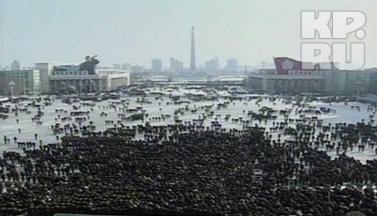 """Траурные мероприятия на центральной площади Пхеньяна завершилась салютом и хоровым исполнением """"Интернационала"""""""