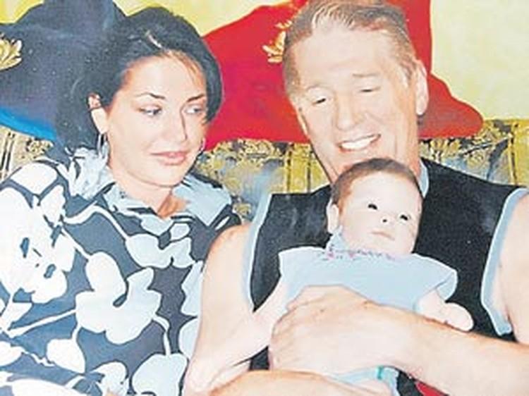 Александр со своей второй женой и дочкой.