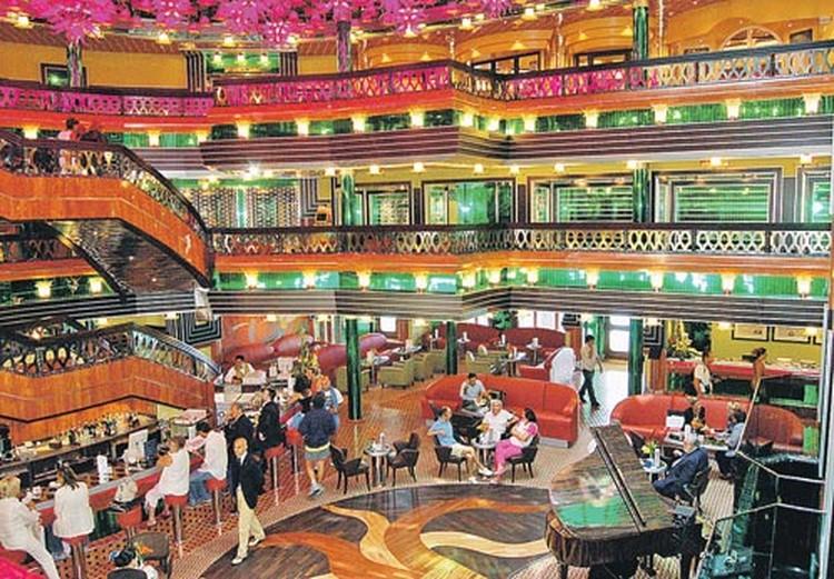Один из шикарных холлов «Конкордии» с баром, роялем и торговыми галереями.  Теперь здесь плавают рыбы...