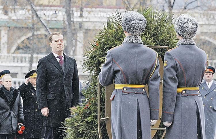 В День защитника Отечества президент возложил венок к Могиле Неизвестного солдата у Кремлевской стены.