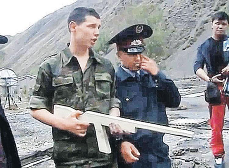 На видео со следственного эксперимента Владислав Челах уверенно рассказывает, как и в кого стрелял.