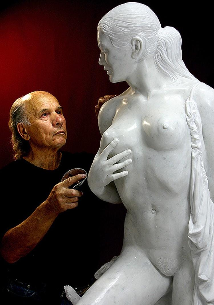 Автор откровенной скульптуры - луганский художник Николай Шматько.