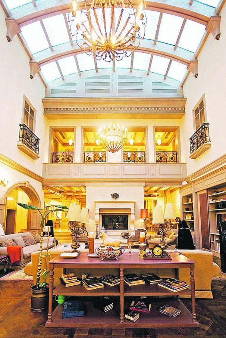 Это - гостиная одного из недорогих особняков на Рублевке. Продается за 73 миллиона долларов.