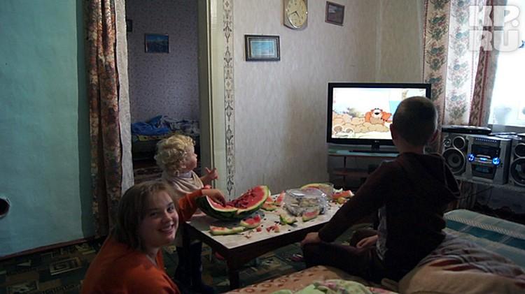 Живут Валтышевы не бедно. Три комнаты, большая кухня, современный кухонный гарнитур, плазменный телевизор.