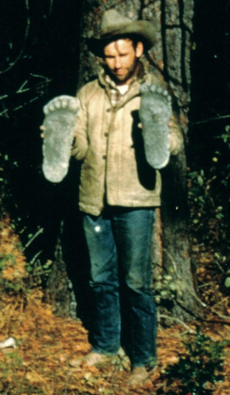 Паттерсон со слепками следов, оставленными существом, которое попало в кадр в 1967 году