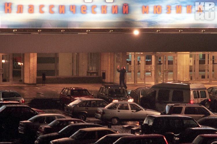 Заложница выходит из здания центра на Дубровке