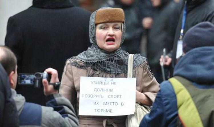 У здания суда собралась толпа, которая требовала сурового наказания для самбиста.