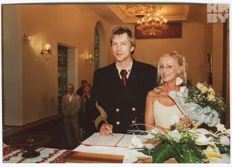 На свадьбу Александр надел форменный китель офицера ВМС США, в который нарядился и спустя девять лет.