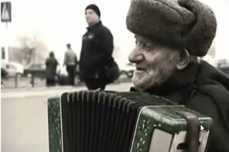 Дедушка зарабатывает гармошкой