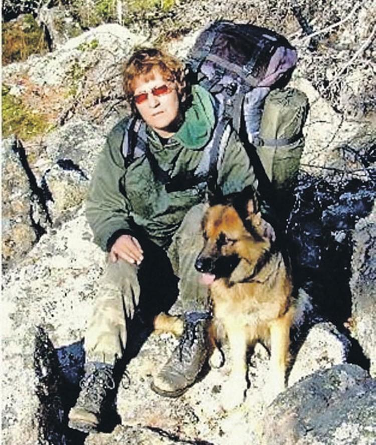 Галина Салькина с любимой собакой, которая определяет тигров по запаху. А вот браконьер человек или нет, пес учуять не может...
