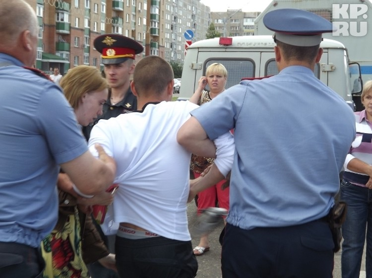 Самых буйных уводили полицейские