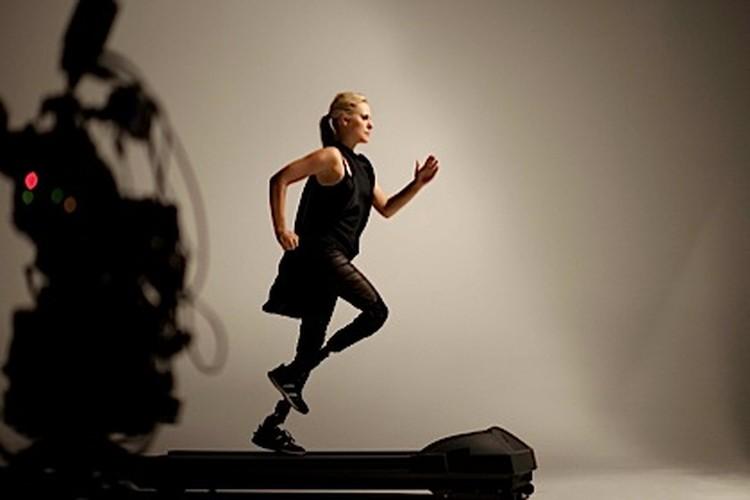 Фотографии Эйми, бегающей на карбоновых протезах-лезвиях, обошли мировую прессу.