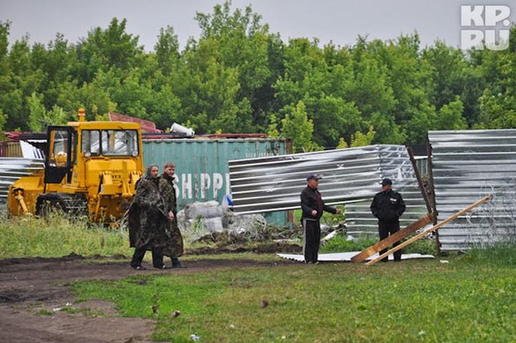 Этот трактор один из геологов, почуяв угрозу, подогнал трактор к воротам, чтобы их не вынесли.
