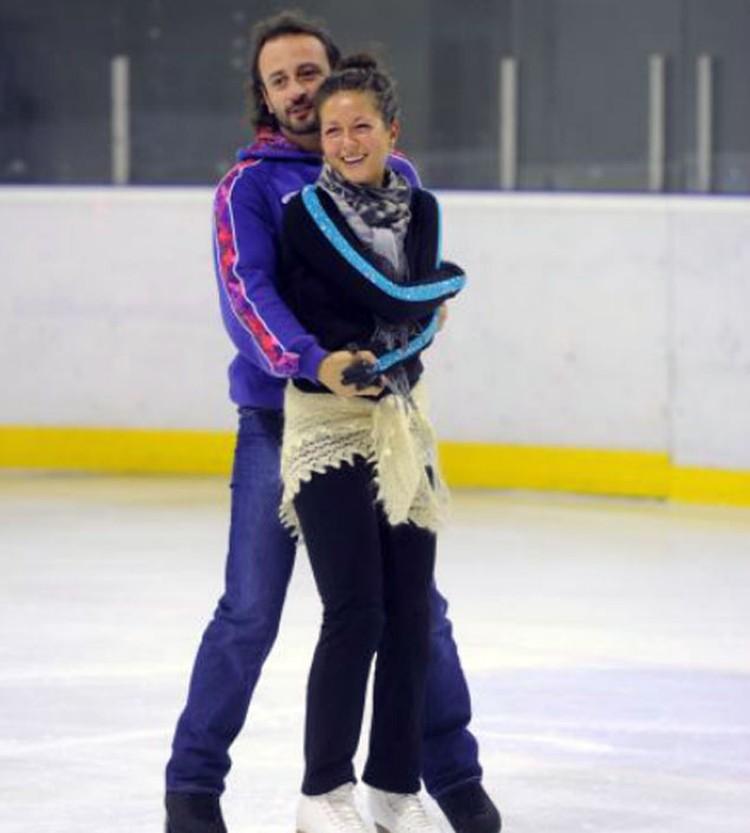 Илья Авербух научил певицу Нюшу кататься на коньках.
