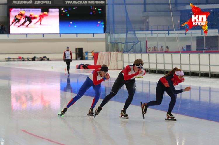 Конькобежцы опробовали лед обновленной арены.
